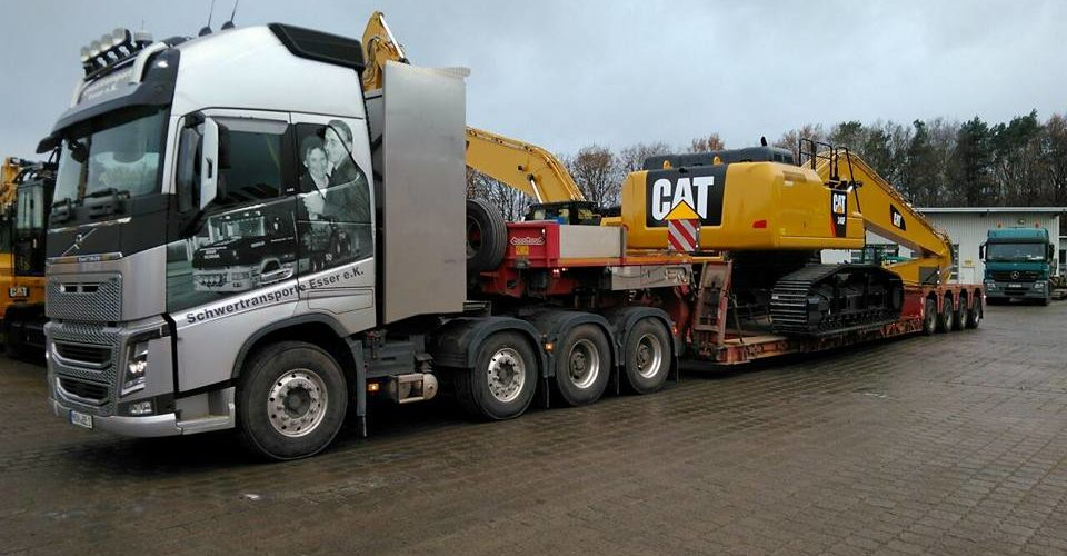 Schwertransporte Esser transportiert Cat 323 F Bagger