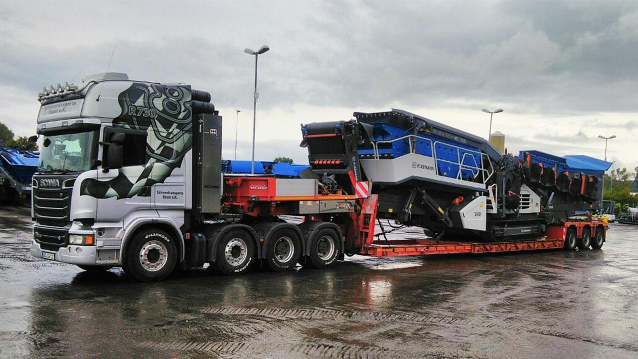 Brechertransport einer Kleemann Siebanlage mit einem Scania R730