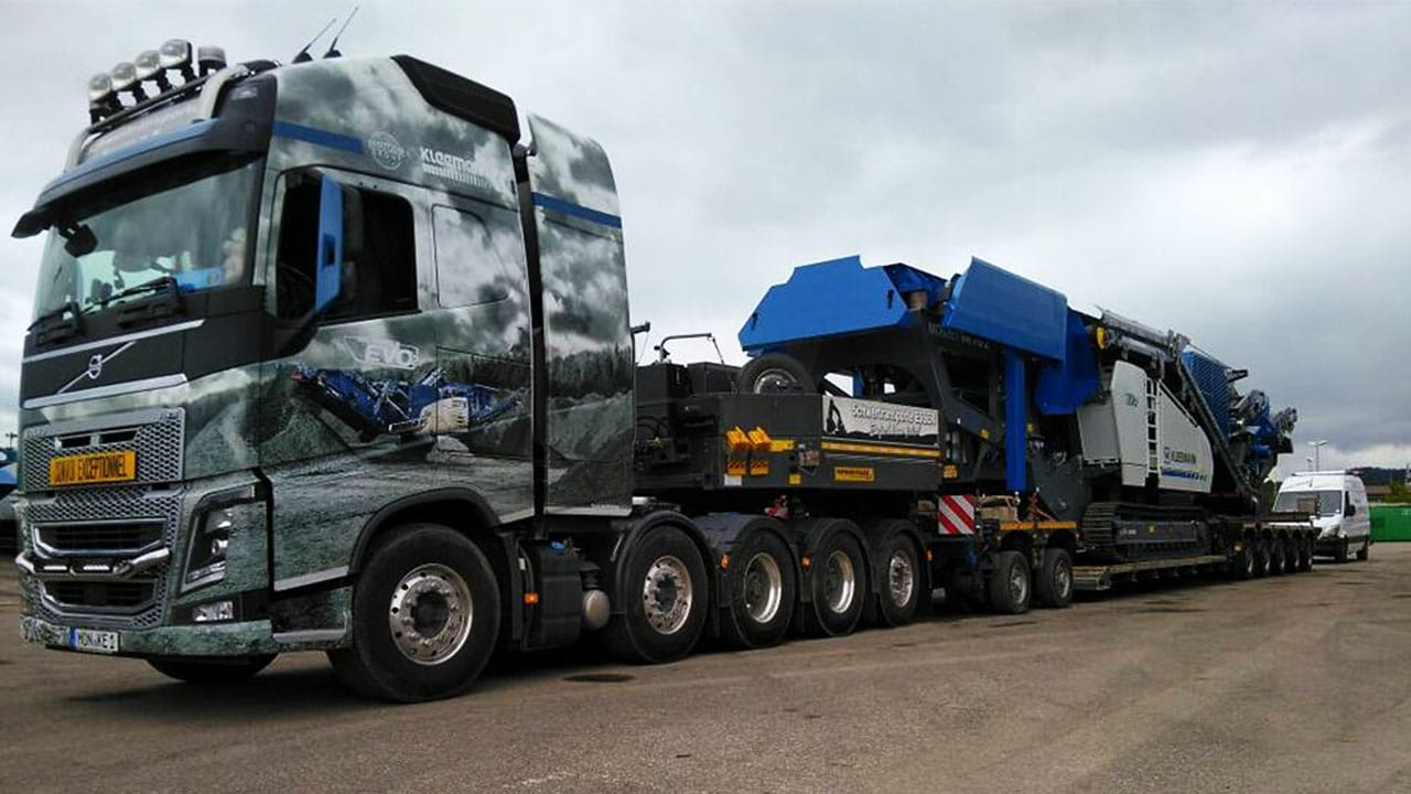 Brecher Transport mit Volvo FH 750 und Kleemann Siebanlage