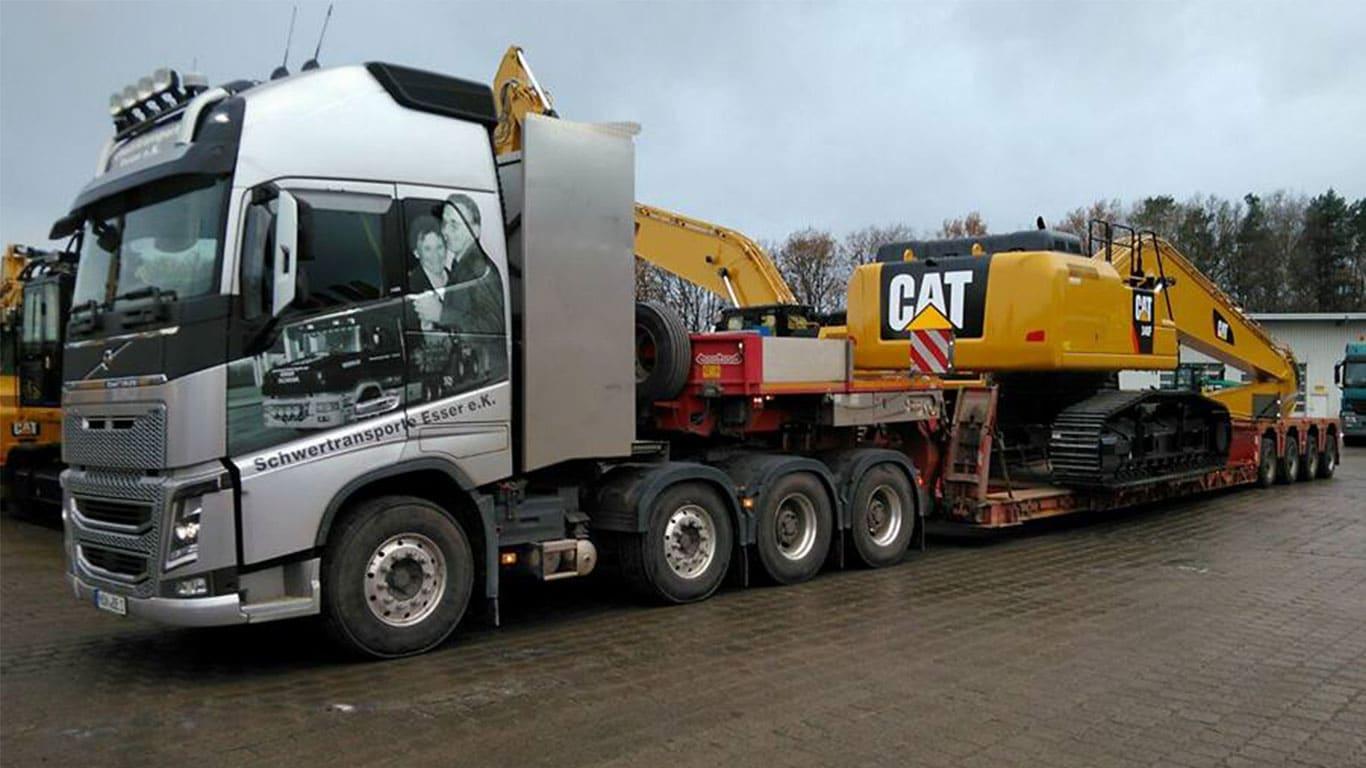 Baggertransport eines Cat Bagger mit Volvo FH 750