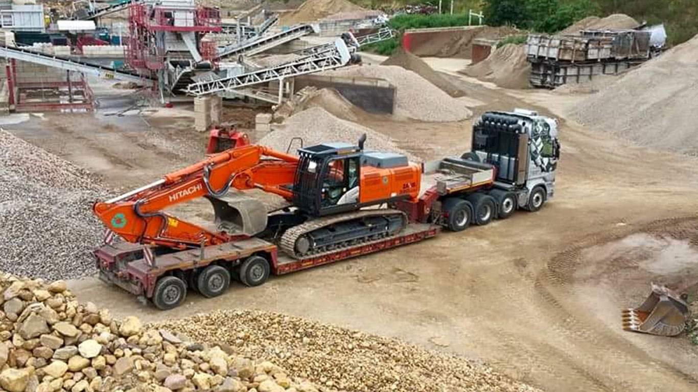 Baggertransport eines Hitachi Bagger mit Scania R730
