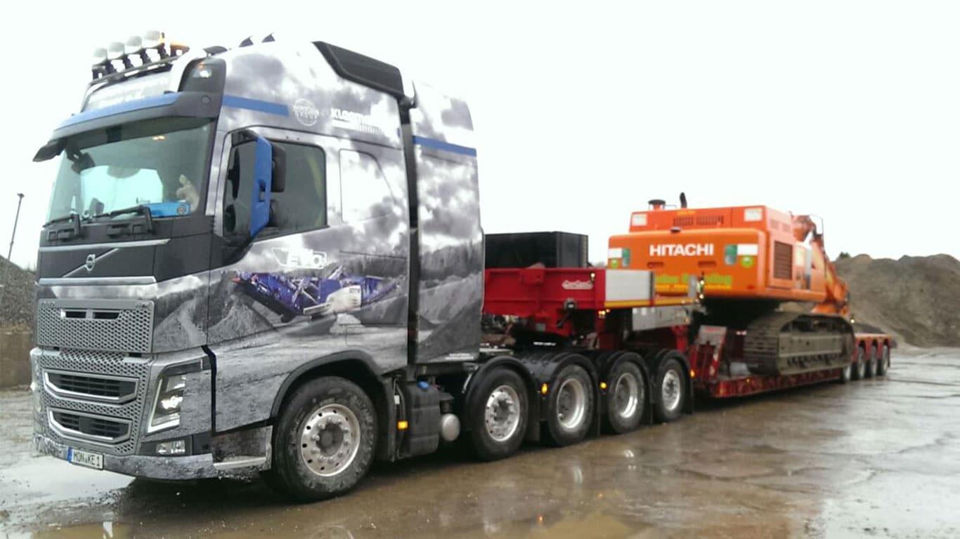Baggertransport eines Hitachi Bagger mit Volvo FH 750