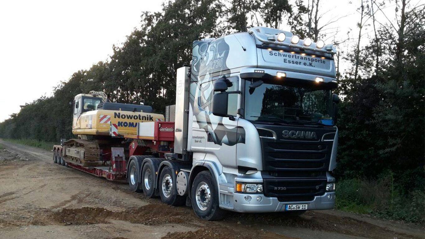 Baggertransport eines Komatsu Bagger mit Scania R730