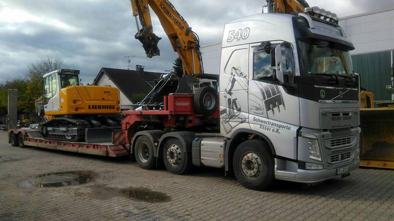 Baggertransport eines Liebherr Bagger mit Scania R540