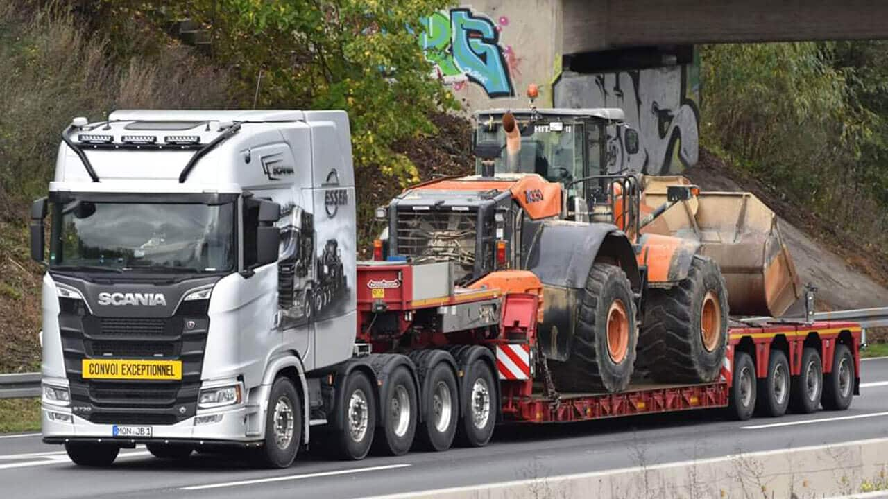 Scania S 730 mit Bagger