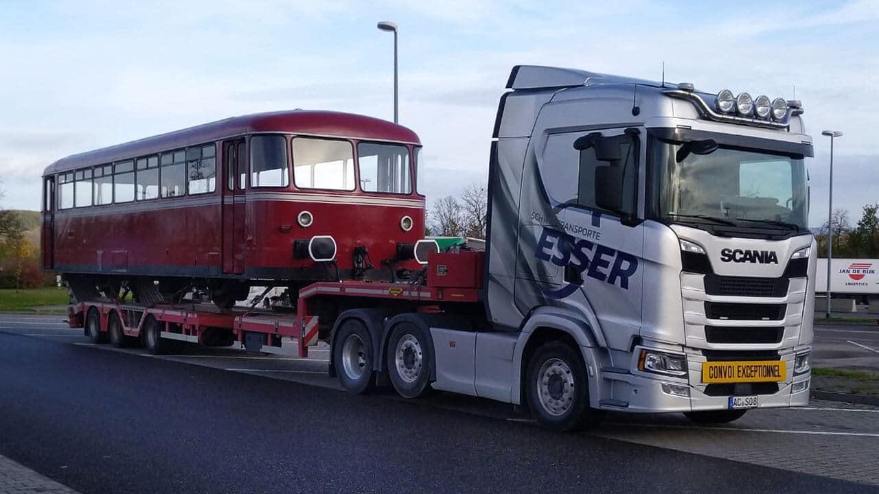 Scania S 500 mit historischem Schienenbus