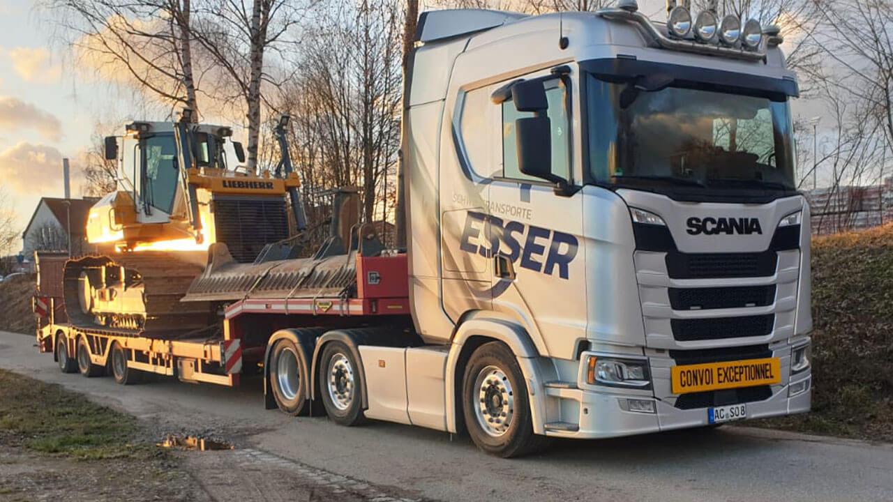 Scania S 500 Heckansicht mit Liebherr Raupe